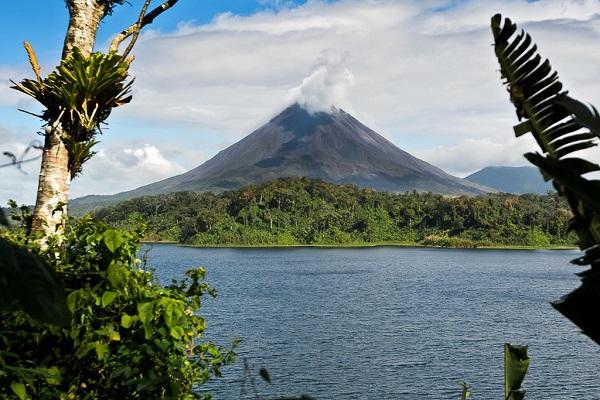 Lake Arenal med utsikt mot vulkanen Arenal 600px